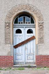 Eingang mit Stuckdekor und vernagelter Tür - Wohnhaus in Wittenberge.
