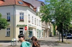 Wohnhäuser, Geschäftshäuser mit farbiger Fassade, frisch renoviert / Fotos aus Wittenberge.