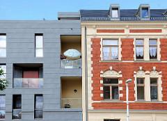 Alt + Neu; historische Backsteinfassade, Gründerzeit; moderner Neubau mit Balkons - Architekturbilder aus Wittenberge.