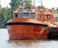 Kleine Schlepper tugboat / tug, Festmacherboote an einem Ponton im Hamburger Hafen / Rugenberger Hafen in Hamburg Waltershof.