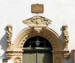Renaissanceportal und Gedenktafel für den Dichter Christoph August Tidge (1752 -1848 ) an der Alten Lateinschule in der Hansestadt Gardelegen.