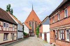 Strasse in der Hansestadt Werben - Blick zur St. Johannis Kirche.