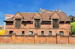 Speichergebäude mit Dachluken, Ziegelmauer - Backsteingebäude in Stendal.