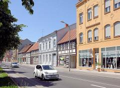 Wohnhäuser / Geschäftshäuser - Fachwerkhäuser - mehrstöckige Gründerzeitgebäude; unterschiedliche  Architekturformen in der Hansestadt Stendalt, Altes Dorf.