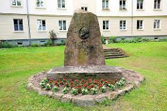 Denkmal Karl Marx in Wittenberge - Portrait und Inschrift PROLETARIER ALLER LÄNDER VEREINIGT EUCH.