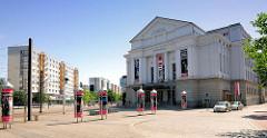 Opernhaus in Magdeburg - 1907 als Centraltheater / Varieté eröffnet. Jetzt Theater der Landeshauptstadt. Links Hochhäuser, Plattenbauten an der Erzbergerstrasse.