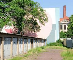Garagen im Hinterhof, moderne Wandmalerei - Fabrikschornstein; Bilder aus Magdeburg.