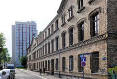 Historisches Backsteingebäude, gelber Ziegel;  ehem. Kaserne, erbaut 1864 - dann Städtische Poliklinik.