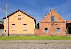 Neu und Alt - renovierte Fassade, Backsteinfassade - Häuser in Tangermünde.