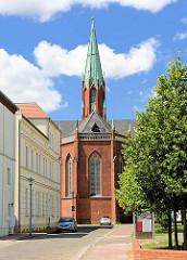 Kirchturm und Kirchenschiff der Pfarrkirche in Wittenberge - neugotischer Backsteinbau von 1872.