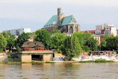 Blick über die Elbe - Sehenswüdigkeiten Magdeburgs - historische Schiffsmühle am Elbufer; Kupferdach der Wallonerkirche.