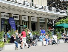 Bänke in der Sonne auf dem Marie-Jonas-Platz vor dem ehem. Karstadtgebäude in Hamburg Eppendorf.