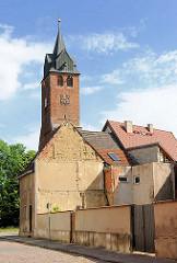 Kirchturm der Nikolaikirche in  Gardelegen - Hausdächer.