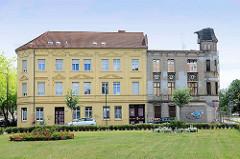 Renoviertes und verfallenes Wohnhaus - alt + neu; Bilder aus Wittenberge.