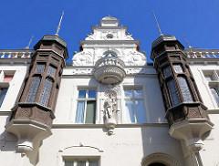 Gründerzeitarchitektur mit geschnitzten Holzerkern - weisse Hausfassade; Gebäude in der Hansestadt Gardelegen.