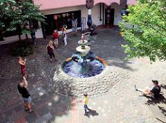 Innenhof - Brunnen Gebäude Hundertwasserhaus, Grüne Zitadelle.