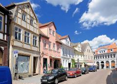 Historische Architektur in Havelberg - leerstehendes altes Fachwerkhaus, Geschäftshäuser / Wohnhäuser mit restaurierter Fassade.