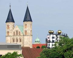 Türme der Klosterkirche Unserer Lieben Frau in Magdeburg - goldenen Kugeln des Hundertwassergebäudes, Grüne Zitadelle..