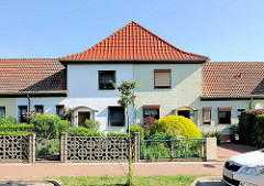 Doppelhaus mit unterschiedlicher Fassadengestaltung, verschiedene Gartenzäune; Architekturfotos aus Tangermünde.