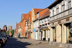 Geschäftshäuser / Wohnhäuser in der Langen Strass von Tangermünde - im Hintergrund das Neustädter Tor.