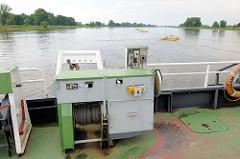 """Gierseilfähre über die Elbe bei Werben - eine Gierseilfähre (auch """"Gierfähre"""" oder """"Fliegende Brücke"""" genannt) ist ein Fährtyp, der zur Fortbewegung die Strömung des zu überquerenden Flusses ausnutzt. Die Fähre hängt an einem langen Drahtseil und der"""