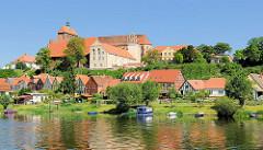 Blick über die Havel zum Domberg mit dem romanischen Havelberger Dom. Häuser am Ufer der Havel / Weinbergstrasse - Boote liegen am Ufer des Flusses.