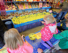 Entenangeln für Kinder auf dem Bergedorfer Hafenfest.