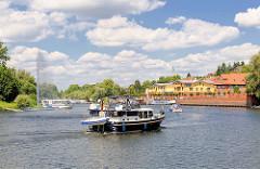 Blick zur Hafenpromenade und Yachthafen der Hansestadt Havelberg - Sportboote, Motorboote fahren ein.