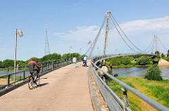 Herrenkrugsteg / Herrenkrugbrücke für Fussgänger und FahrradfahrerInnen über die Elbe in Magedburg.
