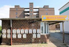 Industriearchitektur im Magdeburger Hafen - stillgelegte Industrieanlage / Klinkerarchitektur; Empfangsgebäude, Pförtnerhäuschen - jetzt Bistro und Imbiss; Briefkästen an der Hauswand.