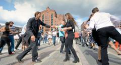 Veranstaltung Swing Tanzen in der Hamburger Hafencity - im Hintergrund des Gebäude des Kaispeichers B, das Maritime Museum am Magdeburger Hafen.