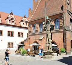 Skulptur Roland in der Hansestadt Stendal - Rolande sind mittelalterliche Rechtssymbole, die als Zeichen der Rechte und Freiheiten der Städte auf ihren Marktplätzen standen.