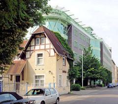 Alt und Neu; historisches Gebäude mit Fachwerkgiebel - modernes mehrstöckiges Gebäude mit Glasfassade - Magdeburg - Werder.
