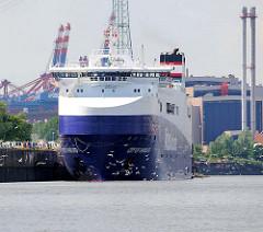 Der Roll on / Roll off, RoRo Frachter City of Hamburg liegt an der KFZ Verladestation in der Rethe; im Hintergrund Containerkräne von Hamburg Altenwerder.