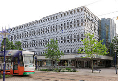 Moderne Kaufhausarchitektur - Gebäude Karstadt in Magdeburg, ehem. Centrum-Kaufhaus.