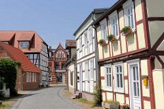 Wohnhäuser / Fachwerk; Blumenkästen vor den Fenstern - restaurierte historische Gebäude / Hansestadt Seehausen.