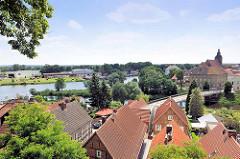 Blick vom Domberg auf die Havel und die Dächer der Hansestadt Havelberg - re. die St. Laurentiuskirche.