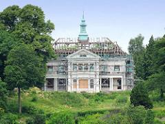 Die Villa mit Blick auf die Elbe ist entkernt, das Dach ist abgedeckt - nur der Kupferturm ragt in den Himmel