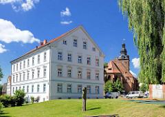 Gebäude Erlebnispädagogisches Centrum / Havelvorland; im Hintergrund die St. Laurentiuskirche in Havelberg.