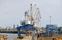 Kräne im Magdeburger Hafen - Kaianlage im Zweigkanal