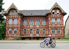 Leerstehendes FAchwerkwohnhaus - Osterburg / Altmark; Motorradfahrer.