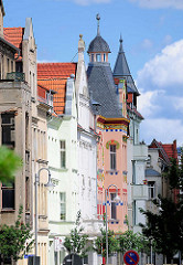 Hausfassaden - mehrstöckige Wohnhäuser mit Giebelturm in Wittenberge.