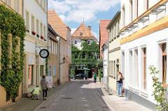 Schmale Wohnstrasse - im Hintergrund ein Wohnhaus mit Efeufassade; Fotos aus der Hansestadt Havelberg.