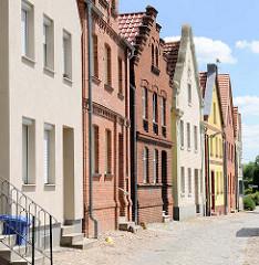 Architekturbilder - Wohnhäuser mit unterschiedlicher Fassadengestaltung an der Weinbergstrasse der Hansestadt Havelberg.