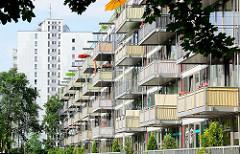 Balkons eines Neubaus - Hochhaus; Magdeburg Werder.