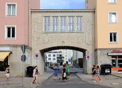 Überbauter Torweg, Breiter Weg Magdeburg - Fassadeninschrift: Hier begann im Jahre 1951 der Neuaufbau der am 16.1 1945 zerstörten Stadt.