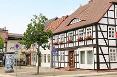 Alte Fachwerkhäuser an der Nikolaikirche in der Stadt Osterburg / Altmark.