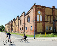 Industriearchitektur, Backsteinfassade, gelber und roter Backstein - Handelshafen Magdeburg.