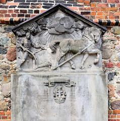 Erinnerungsplatte an den Krieg 1914 - 1918; Relief: Bauer mit Pflug und Pferd.