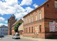 Leerstehendes Wohnhaus / Ziegelgebäude - im Hintergrund das Steintor von Wittenberge.